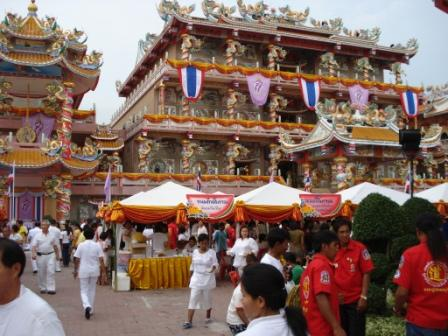 Stands de nourriture dans la cours du temple