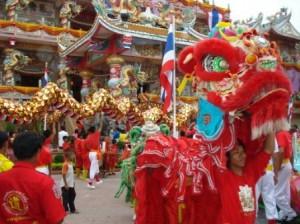 Petits et grands dragons dans la cours du temple