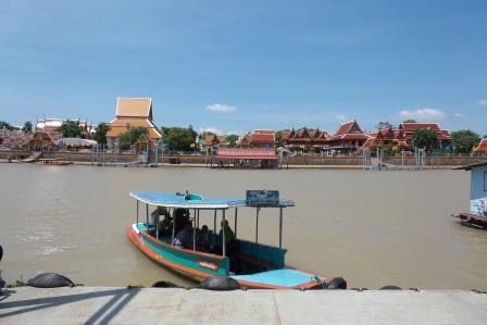 Ferry pour accéder au Wat Phanan Choeng