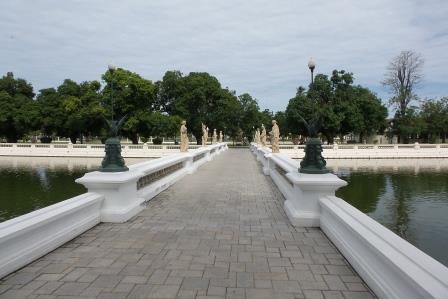 Pont rejoignant le Warophat Phiman Hall